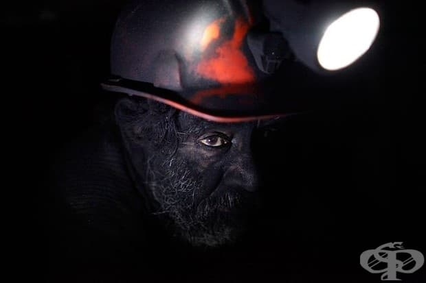 Миньор си взима почивка в нерегулирана въгледобивна мина в Сабинас, Мексико.
