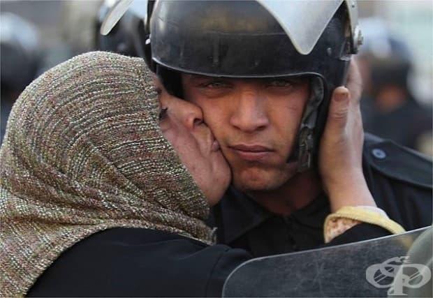 Египтянка целува полицай, който отказа да стреля по протестиращите.