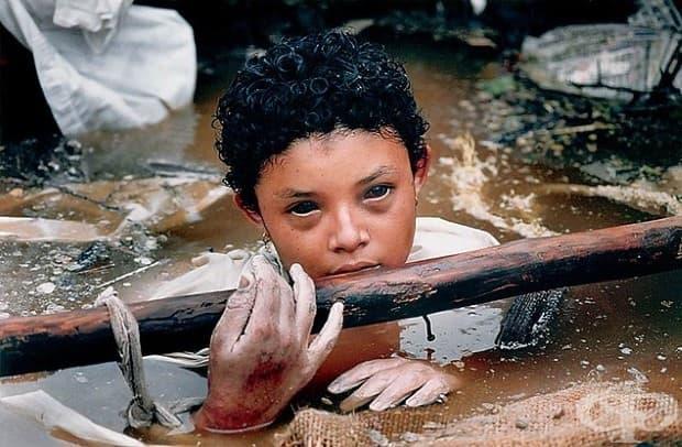 Омайра в капан на отломките на срутената й къща. Тя почива само няколко часа, след като е направена тази снимка.