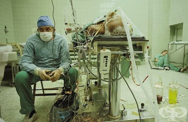 Сърдечен хирург след 23-часова (успешна) сърдечна трансплантация. Помощникът му спи.