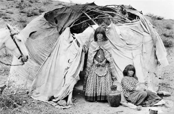 Семейство Апачи, живеещо във Вигвам от дърво и плат, 1880 г.