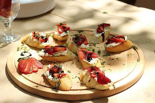 Брускети с козе сирене и ягоди