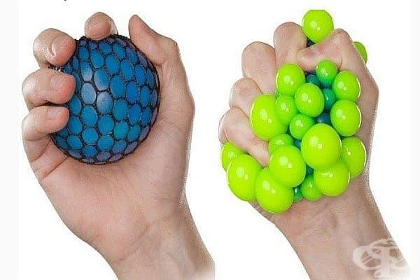 Използвайте анти-стрес топка. Упражненията с анти-стрес топка подобряват гъвкавостта на кръвоносните съдове, което нормализира кръвотока и кръвното налягане. За целта е необходимо да се изпълнява упражнението поне 15 минути три пъти седмично.