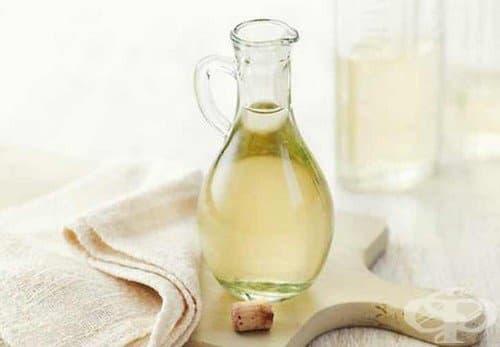 Белият оцет е друг продукт, чийто срок на годност не изтича, ако се съхранява при подходящи условия. Най-добрият начин да запазите оцета за дълго време е да го съхранявате в оригиналната запечатана бутилка на тъмно хладно място, далеч от топлина.