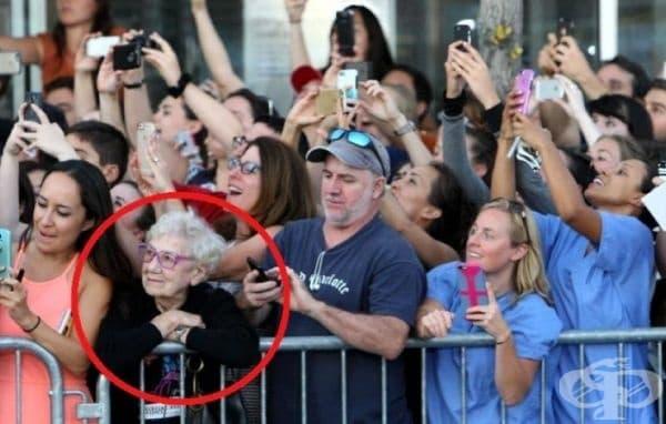 Възрастна дама отбелязва пристигането на Джони Деп на филмова премиера.