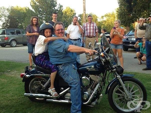 Баба дала обещание, че ако доживее до 100-ната си година, ще се вози за първи път на мотоциклет