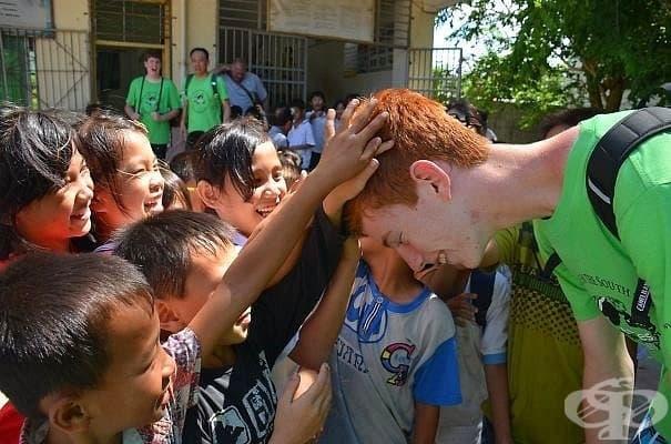 Тези деца в Китай никога не са виждали червена коса преди