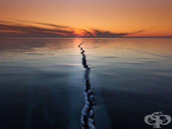 Замръзналото езеро Байкал, Русия.