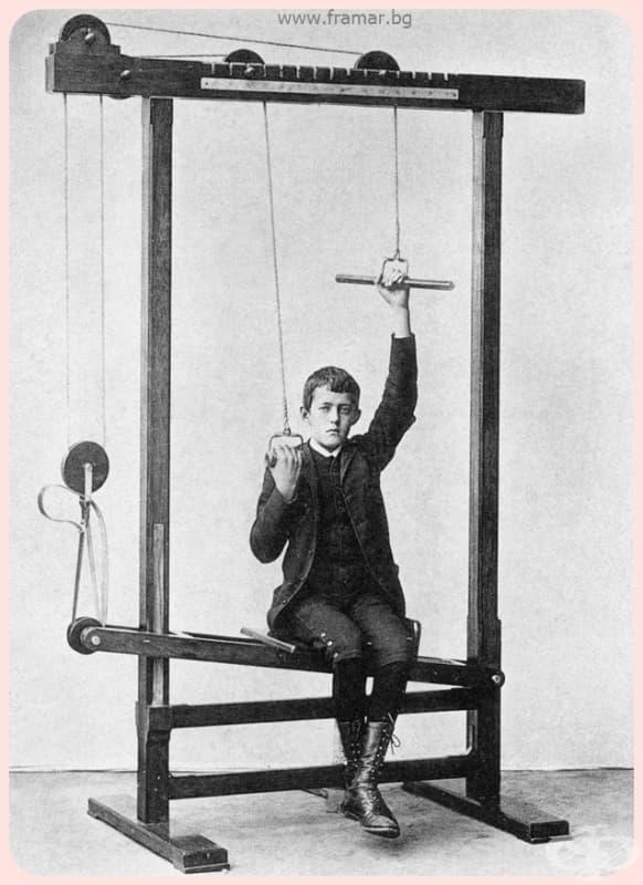 """""""Това момче с високи ботуши се възползва от ползите на разтягането на ръцете, докато работи върху баланса на торса си."""""""