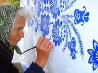 90-годишна баба превръща малко село в художествена галерия с ръчно рисувани цветя по къщите