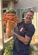 Мъж отгледа огромен 10-килограмов морков, който прилича повече на чудовище, отколкото на зеленчук