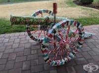 Дядо получава всяка година чадър за Коледа, опакован под формата на други предмети. Вижте защо