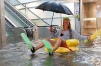 Проливни дъждове в Швеция наводниха Централната гара, а жители превърнаха това в забавна атракция