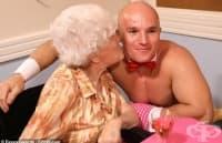 Атрактивни сервитьори зарадваха жените от старчески дом в Колчестър