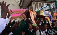 Монахът учител от Кения, който помага на бедните, след като печели престижна награда