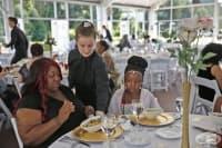Американка превърна сватбата си в парти за бездомни хора