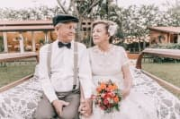 Трогателната история на възрастна двойка, която пресъздава сватбения си ден след цели 60 години