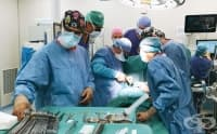 Кардиохирург демонстрира сложна оперативна техника в Сърдечносъдовия център на Аджибадем