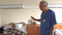 Изоставена от близките си възрастна жена трети месец живее в болница