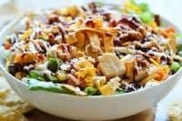 Бобена салата с пилешко, царевица и чесън