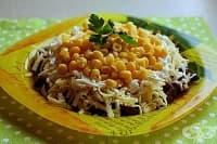 Гъбена салата с консервирана царевица, лук и кашкавал