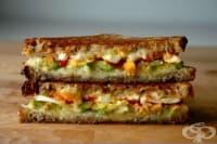 Запечен сандвич с авокадо, сирене гауда и лют сос