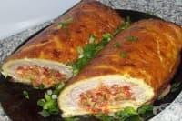 Руло от омлет и топено сирене и пилешка плънка с чесън