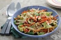 Салата от хрупкави зеленчуци със сладък чили сос и сусам