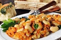 Топла бобена салата с бели гъби с лук и моркови