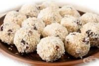 Кокосови бонбони от извара със сушени плодове и мед