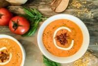 Доматена супа със сметана, чедър и бекон