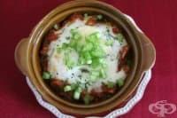 Гювечета от яйца с гъби, доматен сос и моцарела