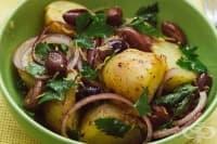 Картофена салата със сладък лук, маслини и червен пипер