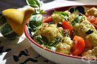 Топла картофена салата с цветно зеле, домати и маслини