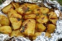 Картофи на жар със соев сос, чесън и доматено пюре