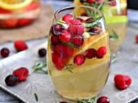 Коледна сангрия с бяло вино и пресни плодове