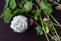 Млечен пастет с орехи и кориандър