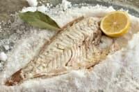 Печена бяла риба върху морска сол