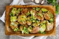 Печени картофи със сос от авокадо и чесън