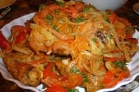 Задушено пилешко с лук и моркови (на фурна)