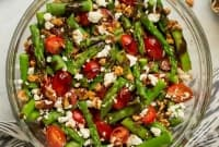 Пролетна салата с коприва, аспержи и ядки