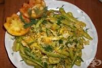 Бъркани яйца със зелен фасул и лук
