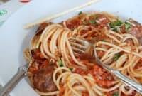 Пълнени кюфтенца със спагети и доматен сос