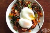 Здравословна закуска с яйца, сладки картофи и наденица