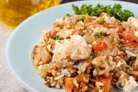 Риба с ориз, домати, бяло вино и чесън