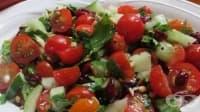 Салата с чери домати, маслини и кедрови ядки