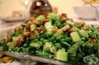 Салата от грах със зеленчуци и орехи