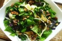 Салата от киселец с тиквички, орехи и чесън