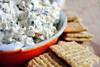 Салата от крема сирене с маслини, кашкавал и зелен лук