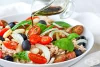 Бобена салата с домати, маслини и риба тон
